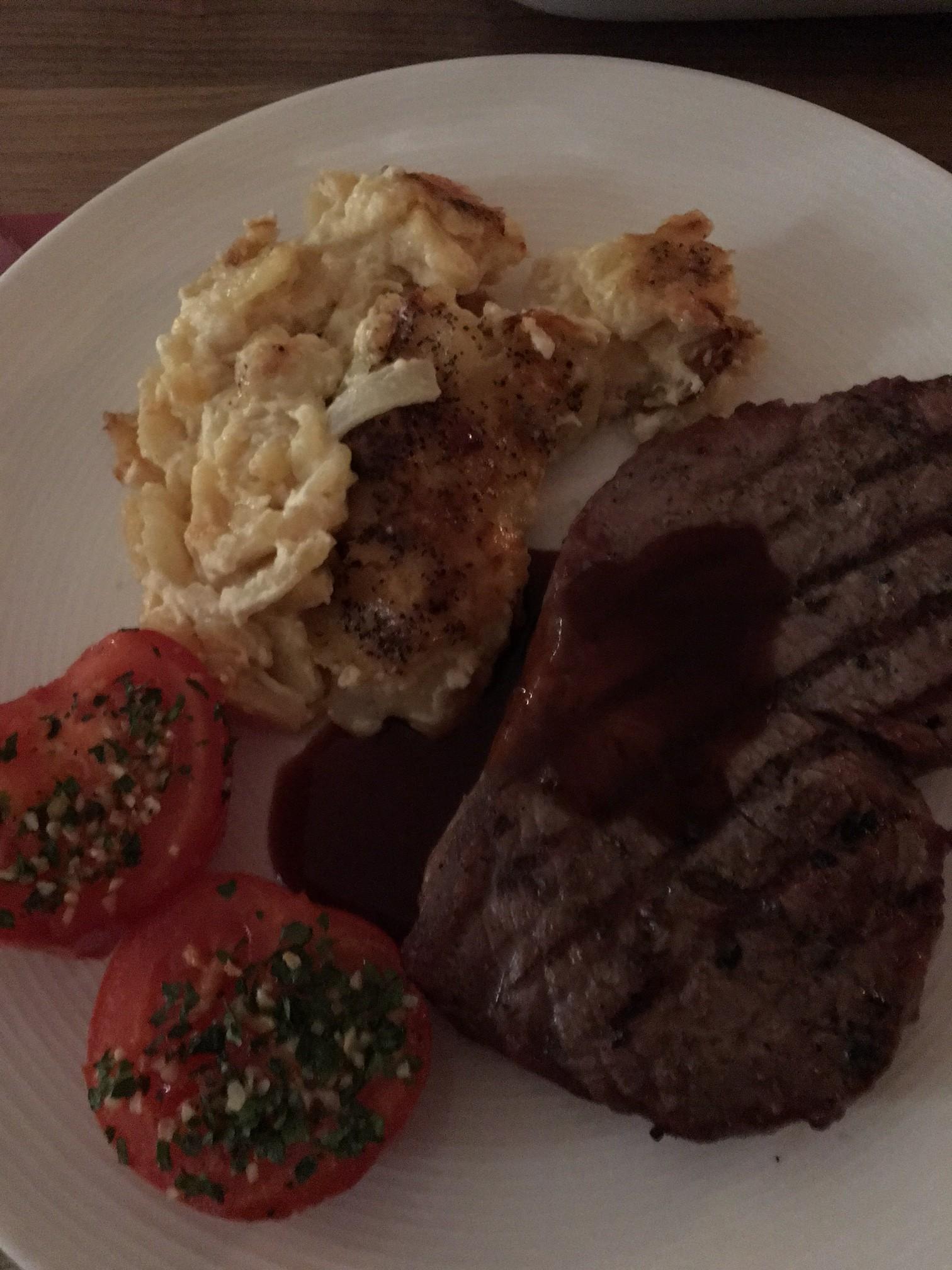 Årets första grill: Ryggbiff, tomat och potatisgratäng