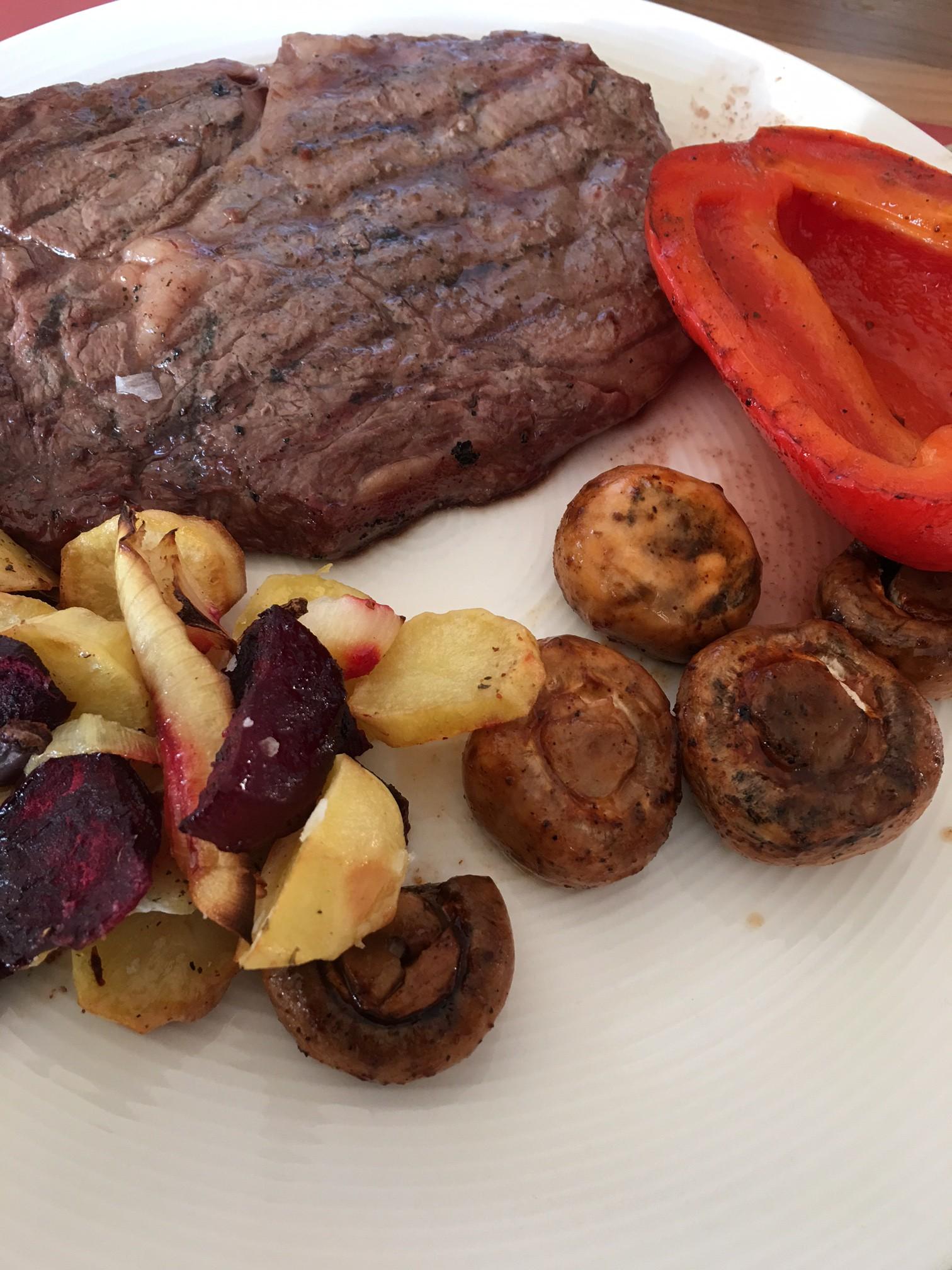 Entrecote med grillade grönsaker och rostade rotfrukter