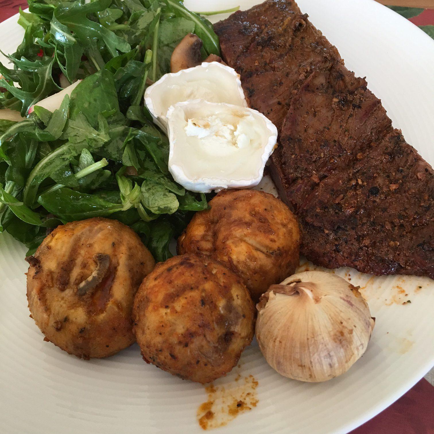 Dagens grill: Flankstek med grönsallad och champinjoner