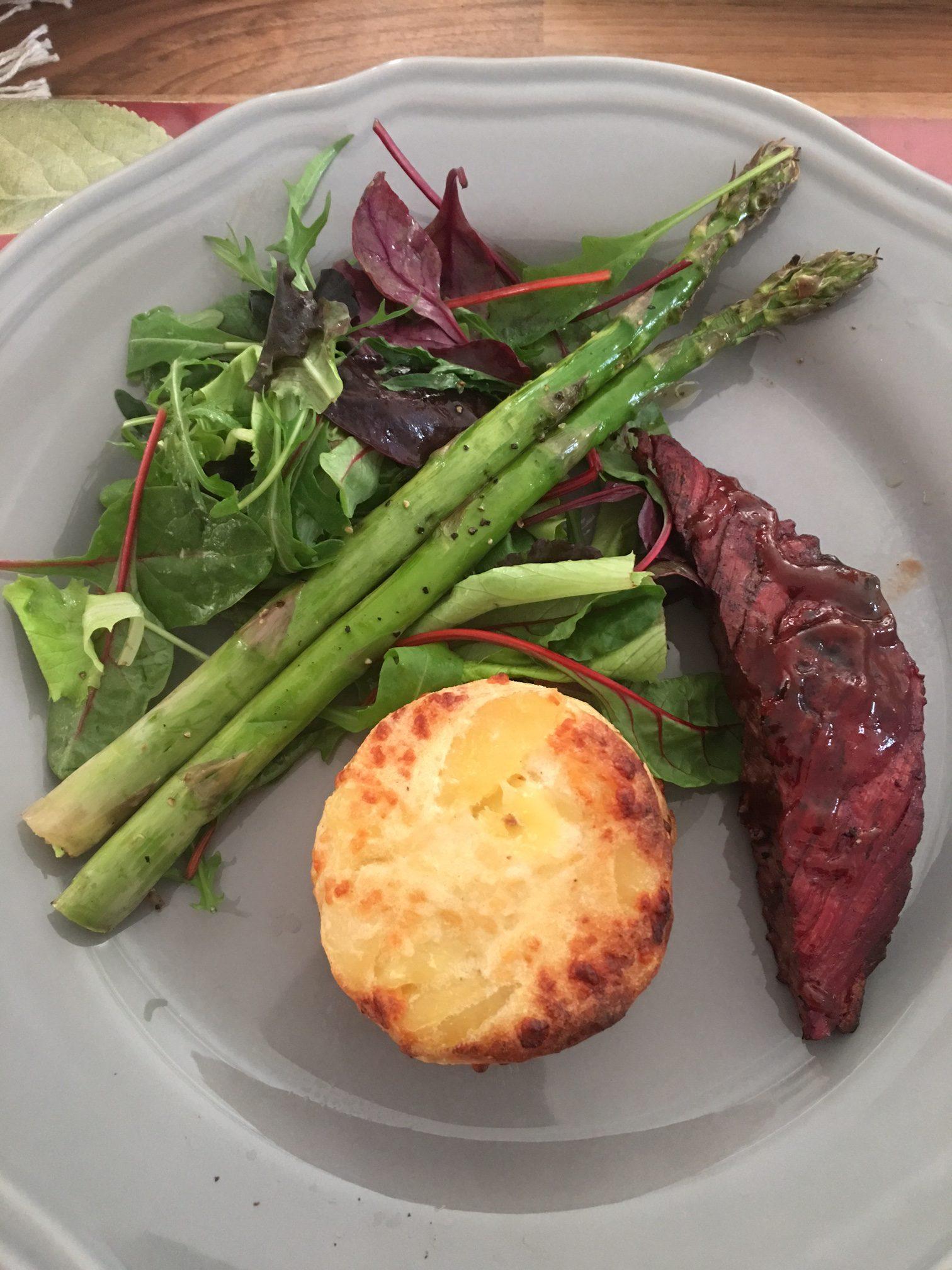 Grillad flankstek med sparris och potatisbakelser