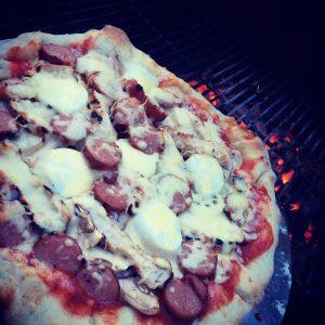 Pizza på grillen – glöm inte fylla kanterna med ost